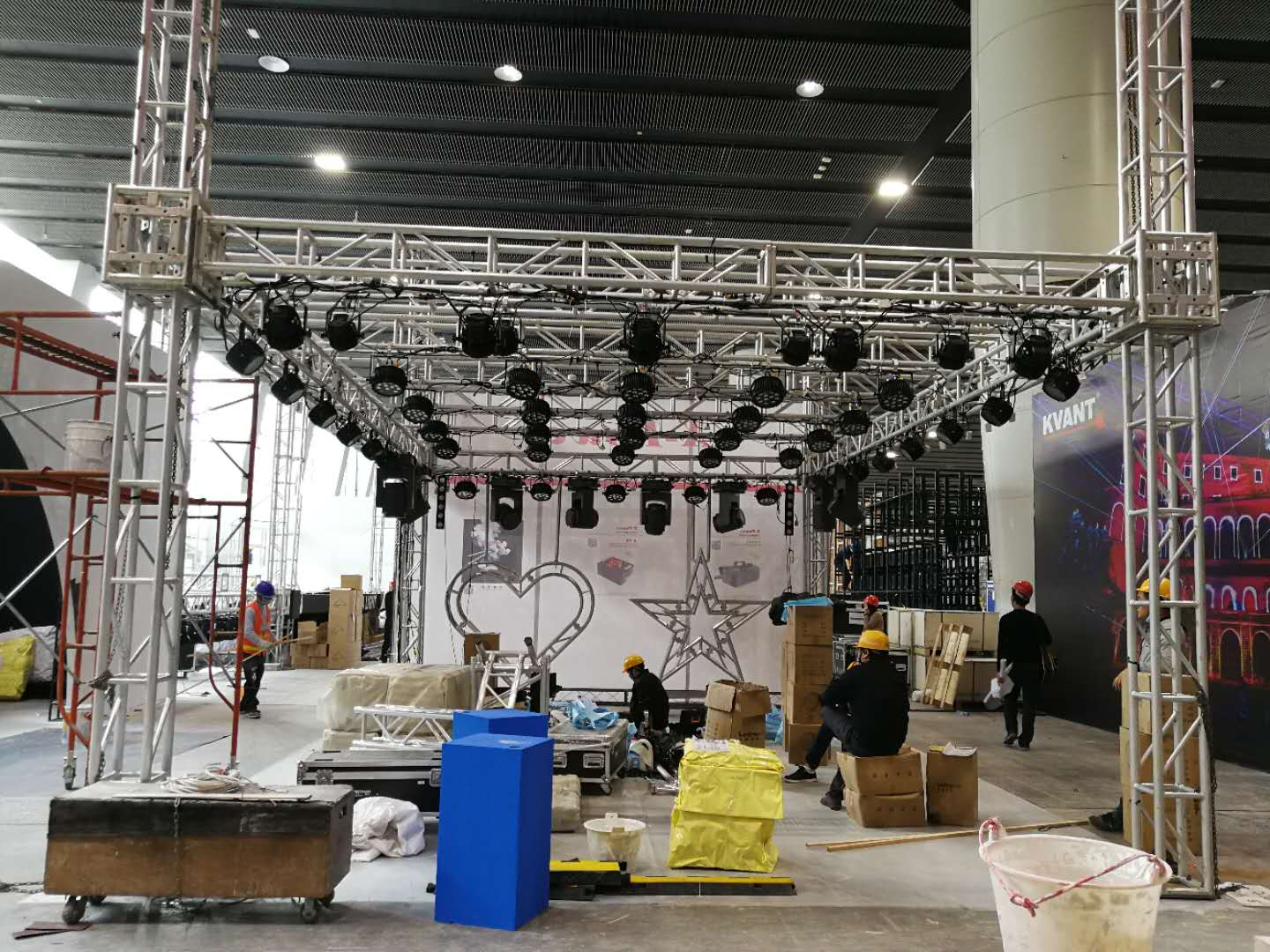 Building the booth of 2019 Guangzhou International Prolight+Sound Exhibition